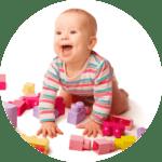 Bebe qui joue heureux